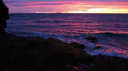 Sunrise at Christmas Village Hut. | Northwest Circuit, Rakiura National Park